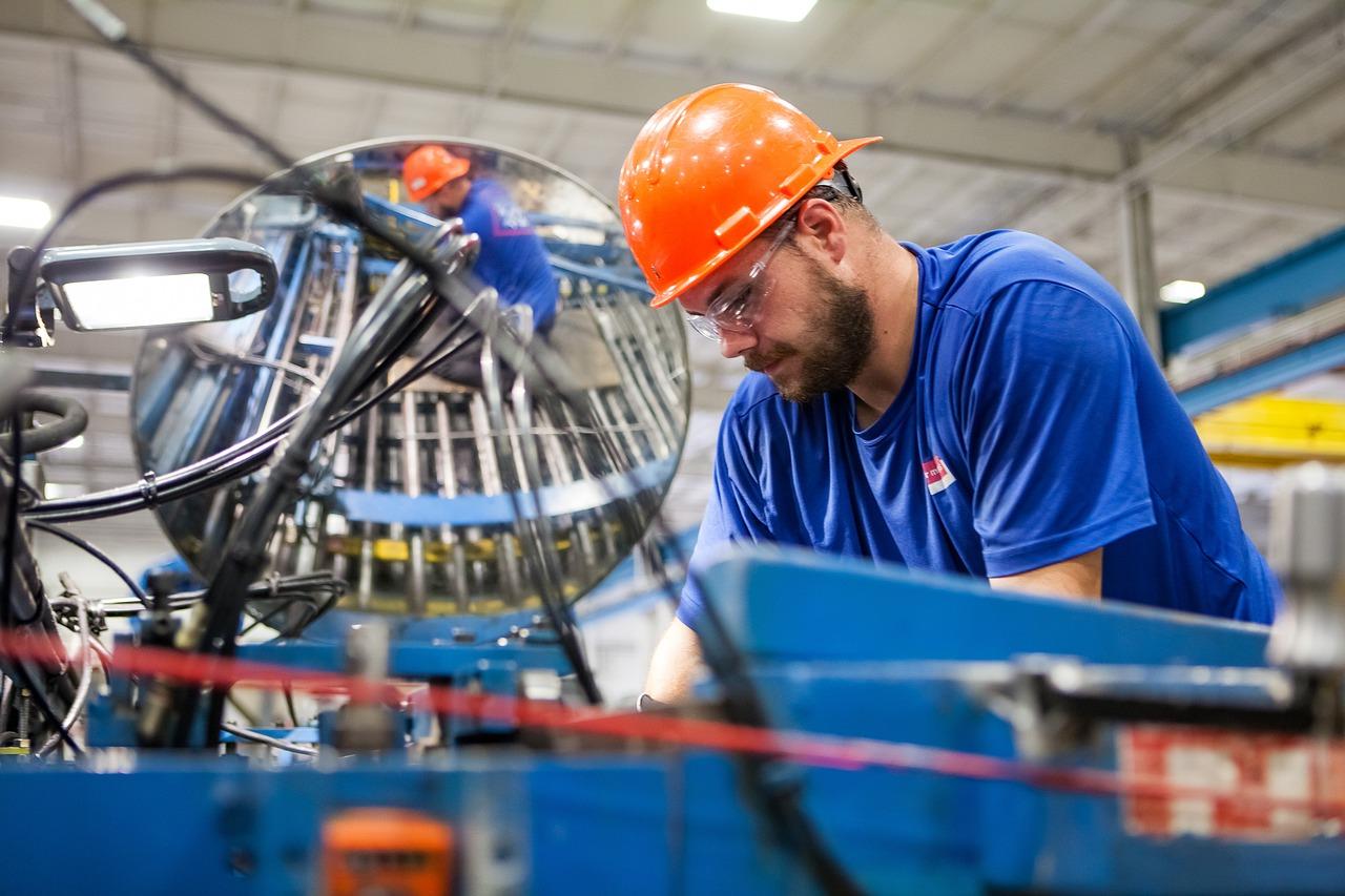 worker 4395772 1280 - Jak správně vybrat vhodného výrobce?